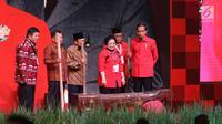 Presiden Jokowi , Wapres Jusuf Kalla, Presiden ke-3 BJ Habibie dan Ketum PDIP Megawati Soekarnoputri bersiap menumbuk padi saat acara Rakornas Tiga Pilar PDI P di ICE BSD, Tangerang Selatan, Sabtu (16/12). (Liputan6.com/Angga Yuniar)