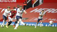 Pemain Tottenham Hotspur Harry Kane mencetak gol ke gawang Manchester United pada pertandingan Liga Premier Inggris di Old Trafford, Manchester, Inggris, Minggu (4/10/2020). Tottenham Hotspur mengalahkan Manchester United 6-1. (Carl Recine/Pool via AP)