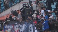 Oknum suporter Arema FC melakukan kericuhan pada saat menemani timnya bertanding melawan PSIS Semarang dalam lanjutan Shopee Liga 1 2020. (Bola.com/Aryo Atmaja)