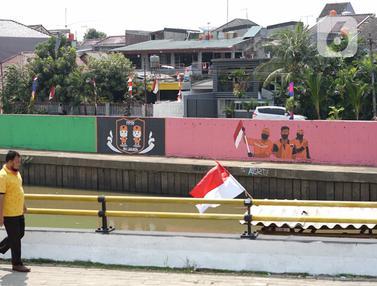 FOTO: Keren, Petugas PPSU Bikin Mural Kemerdekaan RI di Turap Sungai Ciliwung