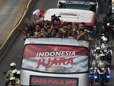 Arak-arakan penggawa Timnas Indonesia U-22 saat melintasi Jalan MH Thamrin, Jakarta, Kamis (29/2). Timnas Indonesia U-22 merengkuh tropi Piala AFF U-22 2019 usai menumbangkan Thailand 2-1. (Liputan6.com/Helmi Fithriansyah)