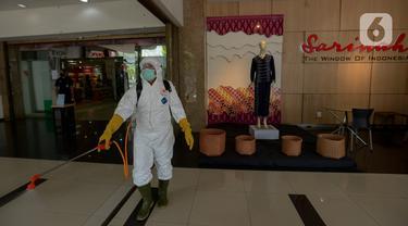 Petugas PMI melakukan penyemprotan cairan disinfektan di pusat perbelanjaan Sarinah, Jakarta Pusat, Selasa (17/3/2020). PMI melakukan penyemprotan disinfektan di sejumlah tempat seperti pasar, perkantoran, terminal dan tempat ibadah untuk mencegah penyebaran COVID-19.  (merdeka.com/Imam Buhori)