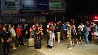 Penghuni Hotel Aston Inn berhamburan keluar setelah gempa 7 SR kembali melanda Lombok, NTB. (Ilham Safutra/JawaPos.com)