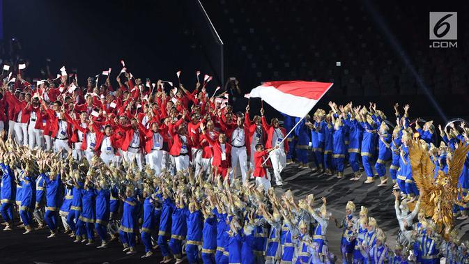 Kontingen Indonesia melintas saat pembukaan Asian Games 2018 di Stadion Utama Gelora Bung Karno (SUGBK), Jakarta, Sabtu (18/8). Asian Games 2018 diikuti 45 negara. (Merdeka.com/Imam Buhori)