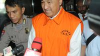 Anggota Komisi VIII DPR Fraksi Golkar, Markus Nari memakai rompi tahanan usai menjalani pemeriksaan di gedung KPK, Jakarta, Senin (1/4). KPK menetapkan Markus Nari sebagai tersangka kasus dugaan korupsi proyek e-KTP pada Juli 2017 lalu. (merdeka.com/Dwi Narwoko)