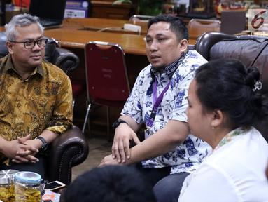 Ketua KPU RI, Arief Budiman (kiri) saat menerima audiensi perwakilan Asosiasi Pengajar Hukum Tata Negara di Jakarta, Selasa (27/11). Pertemuan untuk menindaklanjuti putusan MK, MA dan PTUN. (Liputan6.com/Helmi Fithriansyah)