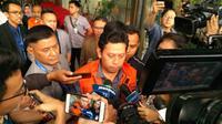 KPK menahan Bupati Cianjur Irvan Rivano Muchar. (Liputan6.com/ Lizsa Egeham)