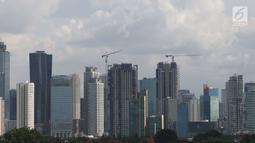 Pemandangan gedung bertingkat di Jakarta, Sabtu (28/4). Pertumbuhan ekonomi Indonesia, menurut Darmin Nasution, masih kecil lantaran belum ada orientasi ekspor dari industri dalam negeri. (Liputan6.com/Angga Yuniar)