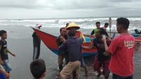 Evakuasi korban selamat usai tenggelam di Pantai Kemiren, Cilacap. (Foto: Liputan6.com/Basarnas Pos SAR Cilacap/Muhamad Ridlo)