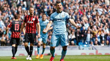 Penyerang Manchester City, Sergio Aguero (kanan) melakukan selebrasi usai mencetak gol ke gawang QPR saat Laga Liga Premier Inggris di Etihad Stadium, Minggu (10/5/2015). Manchester City menang 6-0 atas QPR. (Reuters/Andrew Yates)