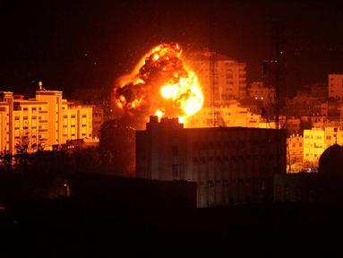 Api dan asap terlihat saat Serangan udara Israel di Gaza City (25.3). Militer Israel melakukan serangan udara di Jalur Gaza sebagai balasan atas serangan roket yang mencederai tujuh penduduk di Tel Aviv utara. (Reuters/Mohammed Ajour)