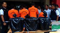 Empat tersangka pemutilasi beruang madu beserta barang bukti diserahkan Balai Pengamanan dan Gakkum KLHK Wilayah Sumatera ke Polda Riau. (Liputan6.com/M Syukur)