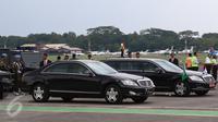Mercedes-Benz S-600 RI 1 yang membawa Presiden Joko Widodo bersanding dengan Mercedes-Benz S600 Pullman Guard yang membawa Raja Salman bin Abdulaziz al-Saud di Bandara Halim Perdanakusuma, Rabu (3/1). (Liputan6.com/Fery Pradolo)