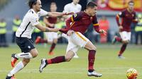Pemain AS Roma, Juan Iturbe, ditarik oleh pemain Atalanta, Luca Cigarini,  pada laga Serie A di Stadion Olimpico, Italia, Minggu (29/11/2015). (Reuters/Giampiero Sposito)
