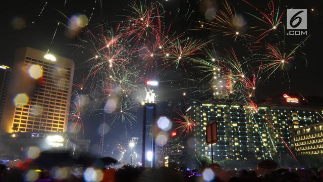 Walaupun hujan gerimis, perayaan pesta kembang api di Jakarta menyambut Tahun Baru 2019 tetap meriah.