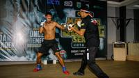 Petinju Indonesia, Daud Yordan, beraksi jelang pertarungannya menghadapi Michael Mokoena, memperebutkan gelar juara kelas ringan super 63,5 kg di Kota Batu, Malang, Minggu (17/11/2019). (Istimewa)