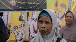 Massa yang tergabung dari Serikat Petani Indonesia (SPI) menggelar aksi demo di depan gedung DPR/MPR RI, Jakarta, Selasa (24/9/2019). Dalam aksinya mereka menuntut DPR menghentikan pembahasan lima rancangan undang-undang yang menyangkut pertanian. (Liputan6.com/Faizal Fanani)