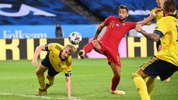 Gelandang Portugal, Bruno Fernandes, berebut bola dengan bek Swedia, Filip Helander, pada laga UEFA Nations League di Stadion Friends Arena, Rabu (9/9/2020) dini hari WIB. Portugal menang 2-0 atas Swedia. (AFP/Jonathan Nackstrand)