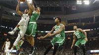 Giannis Antetokounmpo (kiri) menerobos pertahanan Celtics pada laga NBA (AP)