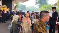 Mulan Jameela tiba di gedung DPR untuk melaksanakan pelantikan. (Liputan6.com/Delvira Hutabarat)