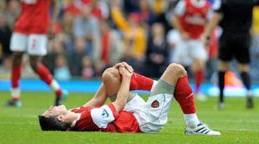 Striker Arsenal Robin van Persie tergeletak kesakitan akibat cedera lutut yang dialaminya di laga lanjutan EPL melawan Blackburn Rovers di Ewood Park, 28 Agustus 2010. AFP PHOTO / ANDREW YATES