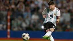 Penyerang Argentina Lionel Messi menendang bola saat melawan Haiti pertandingan persahabatan di stadion Bombonera di Buenos (29/5). (AP / Natacha Pisarenko)