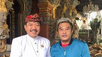 Sineas Tjokorda Oka Artha Ardhana Sukawati selaku Eksekuti Produser bersama tim produksi film berlatar masyarakat adat Ubud di Bali. (Istimewa)
