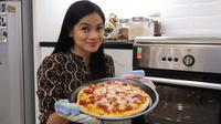 Titi Kamal membagikan resep pizza rumahan yang ia sajikan untuk keluarga tercinta. (dok. YouTube Titi dan Tian)