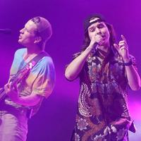 Manggung di Jakarta, vokalis Lukas Graham tampil keren dengan batik. (Bambang E Ros/Fimela.com)