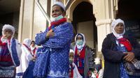 Jemaah asal Indonesia berada di kota suci Makkah saat pemerintah Arab Saudi menerapkan larangan melaksanakan ibadah umrah, Kamis (5/3/2020). Pelarangan sementara ibadah umrah dilakukan untuk mencegah meluasnya penyebaran virus corona. (AP Photo/Amr Nabil)