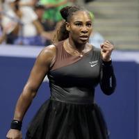 Ekspresi Serena Williams setelah berhasil meraih poin saat melawan Magda Linette selama putaran pertama turnamen tenis AS Terbuka di New York, Amerika Serikat, Senin (27/8). (AP Photo/Julio Cortez)