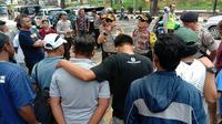 Rombongan Aremania saat berangkat menuju Lamongan dilepas oleh Kapolresta Malang, Dony Alexander. (Bola.com/Iwan Setiawan)