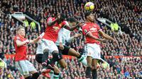 Striker Manchester United (MU), Marcus Rashford (benar) menyundul bola saat melawan Liverpool dalam pertandingan Liga Inggris di Old Trafford, Manchester, Inggris, Sabtu (10/3). Rashford membawa timnya menang 2-1. (AP Photo/Rui Vieira)