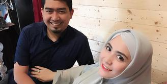 Ustaz Solmed dan istri April Jasmine sedang menanti kehadiran bayi kembarnya. Seperti diketahui, April sedang mengandung di usia 35 minggu. (instagram/apriljasmine85)