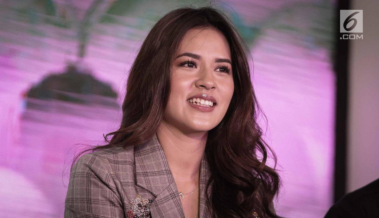 Penyanyi Raisa tersenyum saat hadir dalam peluncuran Magnum Hazelnut Luxe di Studio 6 Emtek, Jakarta, Rabu (2/5). Peluncuran es krim premium limited edition tersebut menjadi pilihan favorit pleasure seekers pencinta Magnum.  (Liputan6.com/Faizal Fanani)