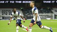Pemain Tottenham Hotspur, Erik Lamela, merayakan gol ke gawang Chelsea pada babak keempat Carabao Cup, di Tottenham Hotspur, Rabu (30/9/2020). (30/9/2020). (AP/Matt Dunham)