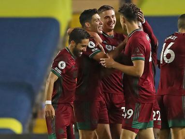 Pemain Wolverhampton Wanderers merayakan gol yang dicetak Raul Jimenez ke gawang Leeds United pada laga Liga Inggris di Elland Road, Selasa (20/10/2020) dini hari WIB. Wolves menang 1-0 atas Leeds United. (AFP/Martin Rickett/pool)