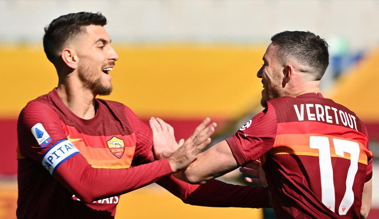 Gelandang AS Roma, Jordan Veretout (kanan) melakukan selebrasi bersama Lorenzo Pellegrini usai mencetak gol pertama timnya ke gawang Udinese dalam laga lanjutan Liga Italia 2020/21 pekan ke-22 di Olimpico Stadium, Roma, Minggu (14/1/2021). AS Roma menang 3-0 atas Udinese. (AFP/Alberto Pizzoli)