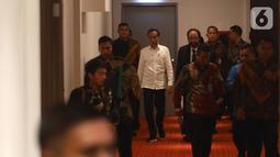 Presiden Joko Widodo atau Jokowi (kiri) didampingi Ketua Umum Partai Nasdem Surya Paloh (kanan) saat menghadiri perayaan ulang tahun ke-8 Partai Nasdem di JIExpo, Jakarta, Senin (11/11/2019). Surya Paloh menyambut langsung kedatangan Jokowi di HUT Nasdem. (Liputan6.com/Angga Yuniar)