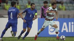 Pada menit ke-26, Bernando Silva (kanan) sukses menjadi keran gol pada laga tersebut. Bernando Silva sukses mengkonversi umpan lambung Bruno Fernandes menjadi tendangan first time kaki kiri yang menghujam ke pojok kiri gawang Azerbaijan. (Foto: AP/Aziz Karimov)