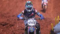 Aksi pembalap andalan Monster Energy Yamaha Factory MXGP Team, Romain Febvre saat kualifikasi MXGP 2019 seri ke-12 di Sirkuit BSB Mijen, Semarang, Sabtu (13/7/2019). (Bola.com/Vincentius Atmaja)