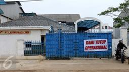 Spanduk 'Kami Tutup Operasional' terpasang di pabrik pengolahan ikan di Pelabuhan Muara Baru, Jakarta, Senin (10/10). Mogok massal dipicu tarif sewa lahan di Pelabuhan Muara Baru yang naik hingga 450% selama 5 tahun ke depan. (Liputan6.com/Gempur M Surya)