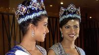 Priyanka Chopra saat dimahkotai sebagai Miss World 2000. (MARTIN HAYHOW / AFP)