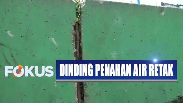 Langkah antisipasi dilakukan petugas guna menjawab kekhawatiran warga yang tidak ingin dinding pembatas air ambruk.