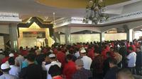 Tampak ratusan kader PDIP berbaju seragam merah menjalankan salat gaib.