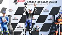 Selebrasi pembalap Monster Energy Yamaha, Maverick Vinales, di podium setelah menjuarai balapan MotoGP Emilia Romagna di Sirkuit Misano, Minggu (20/9/2020). (AFP/Adreas Solaro)