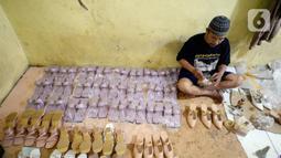 Pekerja sedang menyelesaikan produksi home industri sepatu wanita pesanan pembeli di Pamulang, Tangerang Selatan, Banten,  Rabu (14/10/2020). Sepatu wanita berbagai jenis tersebut dijual dengan harga Rp 140 ribu hingga Rp 190 ribu. (merdeka.com/Dwi Narwoko)