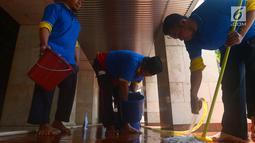 Petugas membersihkan lantai Masjid Istiqlal, Jakarta, Selasa (8/5). Kegiatan ini dalam rangka menyambut bulan suci Ramadan yang akan segera tiba. (Merdeka.com/Imam Buhori)