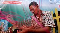 Pengrajin sedang menganyam bambu di Expo PPK Pasuruan, Jawa Timur, Minggu (2/10). Sebanyak 63 pelaku UKM binaan Sampoerna berpartisipasi dalam acara PPK. (Liputan6.com)