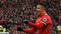 Kebahagian fans Setan Merah semakin lengkap setelah Alexis Sanchez menambah keunggulan menit ke-20' saat melawan Swansea City pada lanjutan Premier League di Old Trafford, Manchester, (31/3/2018). MU menang dengan skor 2-0. (AFP/Lindsey Parnaby)